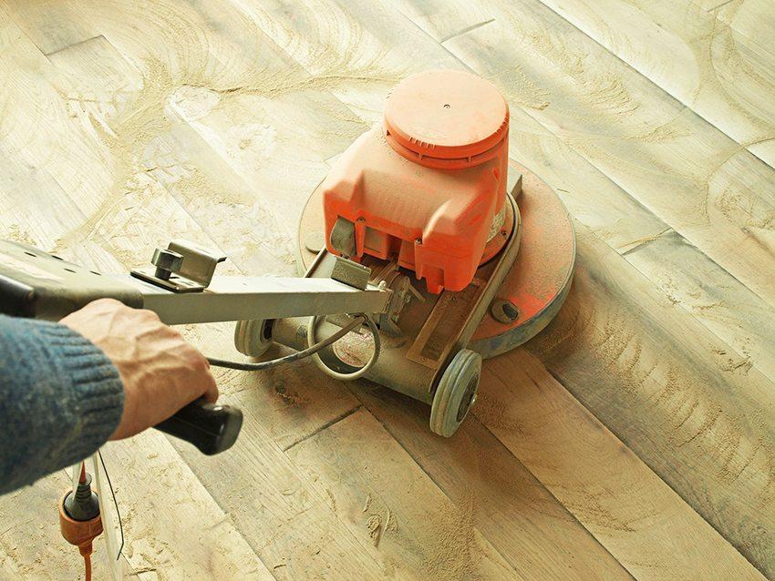 Заливая пол на деревянное покрытие, следует обработать дерево с помощью шлифовальной машинки