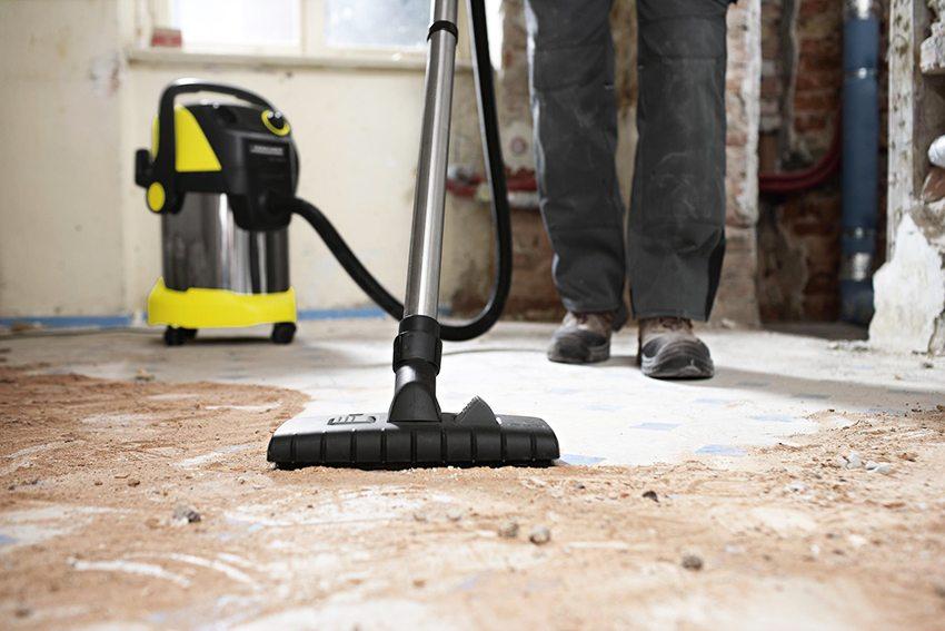 Перед нанесением самовыравнивающейся смеси бетонный пол тщательно очищают