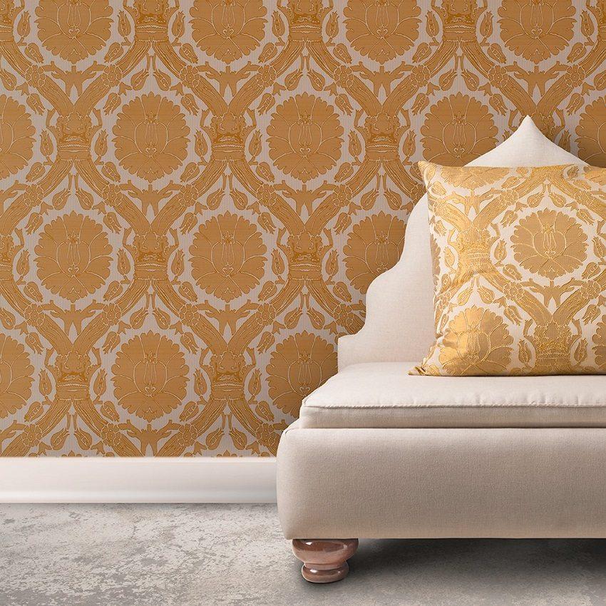 Рисунок на обоях перекликается с орнаментом диванной подушки