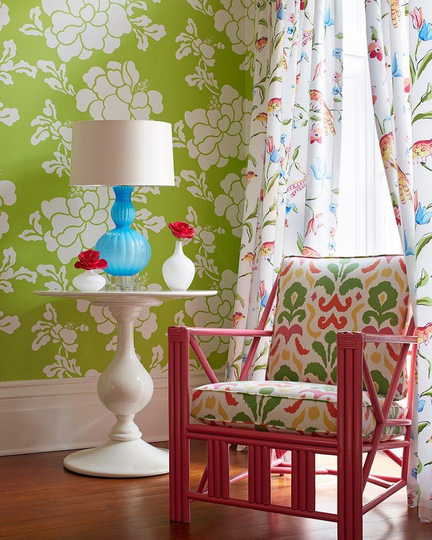 Насыщенные обои ярко-зеленого цвета задают веселый тон комнате