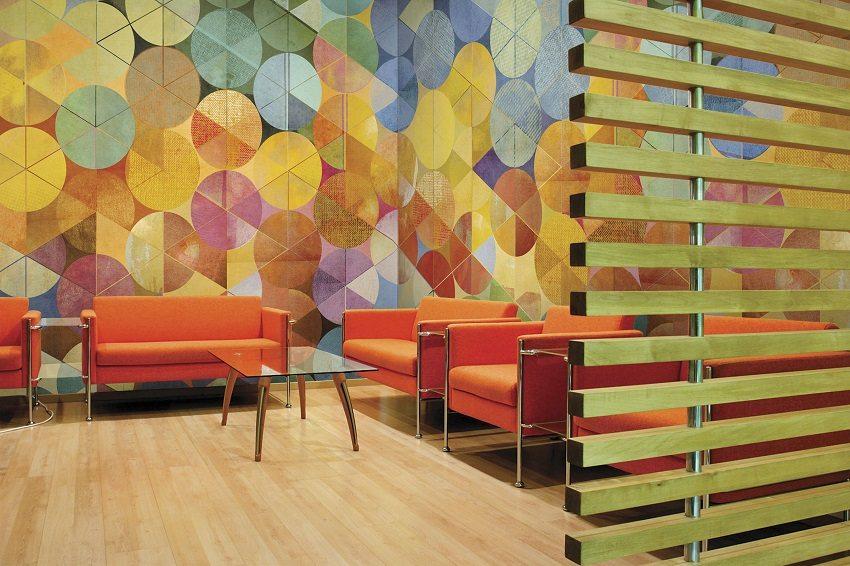 Обои с пестрым фоном помогут скрыть некоторые изъяны поверхности стены