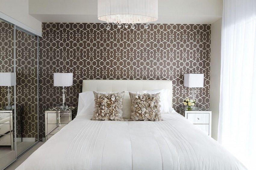 Необычный узор на обоях прекрасно гармонирует с подушками в спальне