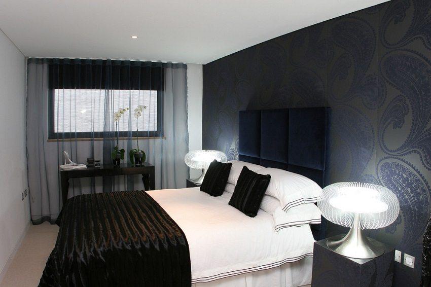 Оформление стен темными обоями в современном стиле позволяет создать неповторимый индивидуальный дизайн