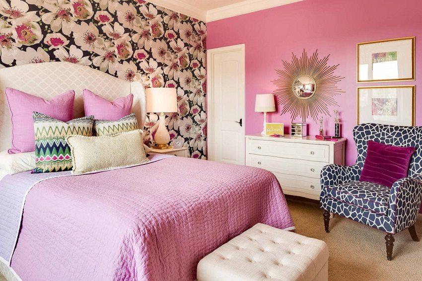 Красочный цветочный орнамент в сочетании с нежно-розовыми однотонными обоями в спальне смотрится очень изящно
