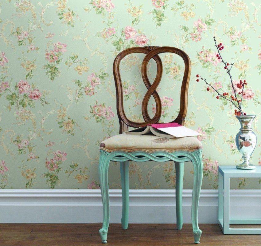 Винтажные обои пастельных тонов отлично подойдут для гостиной в стиле прованс