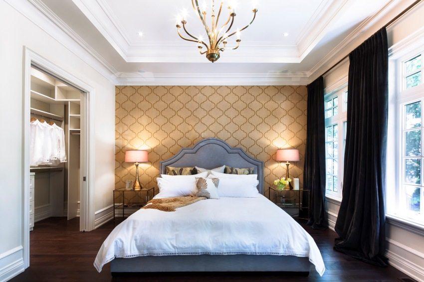 Обои с золотым тиснением в оформлении спальни