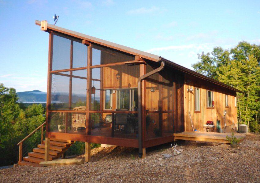 Профлист идеально подходит для оформления крыши небольшого дачного домика