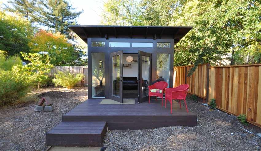 Простая односкатная крыша, сооруженная для садовой беседки