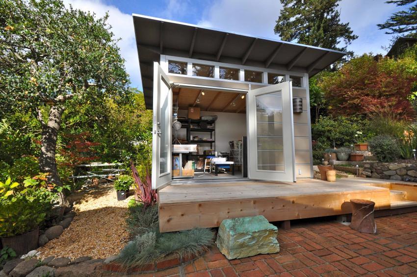 Хозяйственная постройка на участке с односкатной металлической крышей