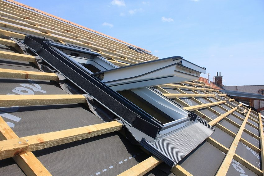 Если планируется обустройство мансарды, в конструкции обрешетки необходимо выделить место для окна