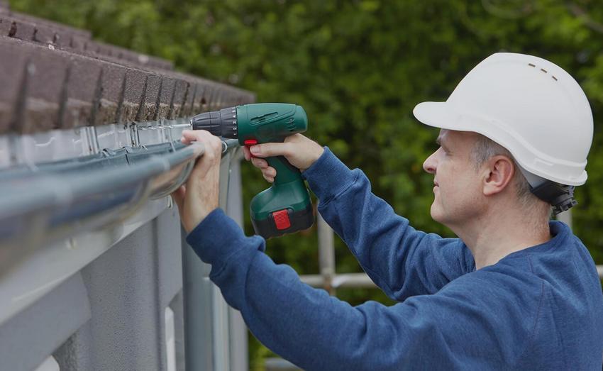 Монтаж водостока при строительстве односкатной крыши