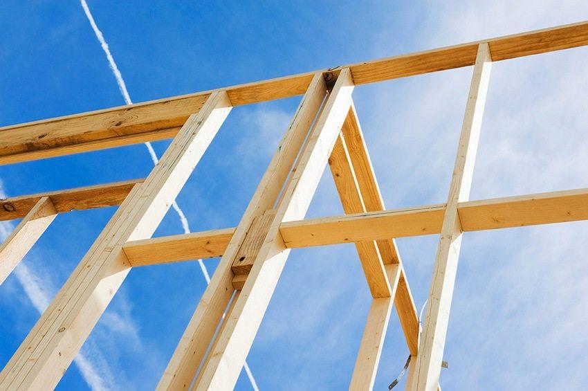 Существует два популярных способа устройства стропильной системы односкатной крыши