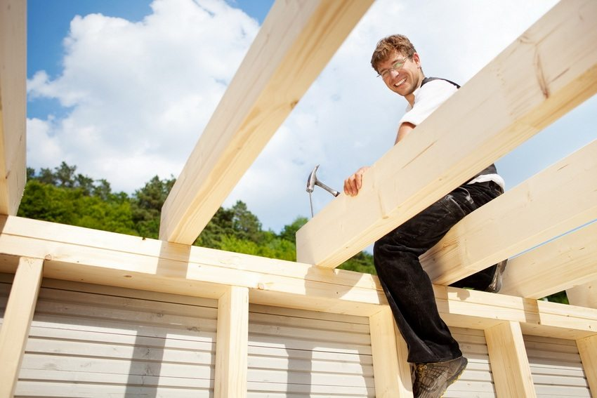 Строительство односкатной крыши своими руками. Шаг 3: установка балок перекрытия и подстропильных ног
