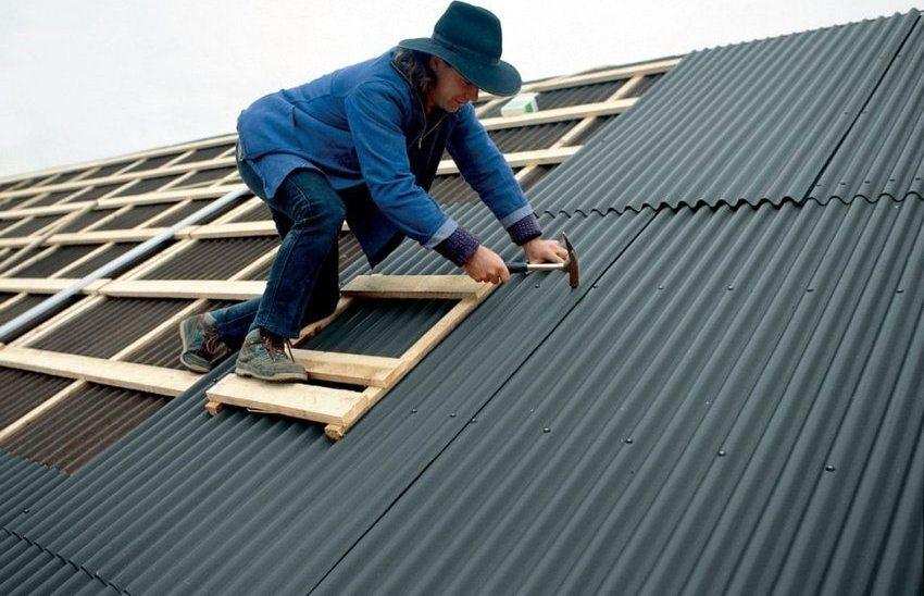 С процессом покрытия крыши ондулином можно справиться, не обладая специальными строительными навыками