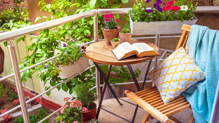 Сочетание деревянной мебели и цветущих растений окунает в приятную атмосферу