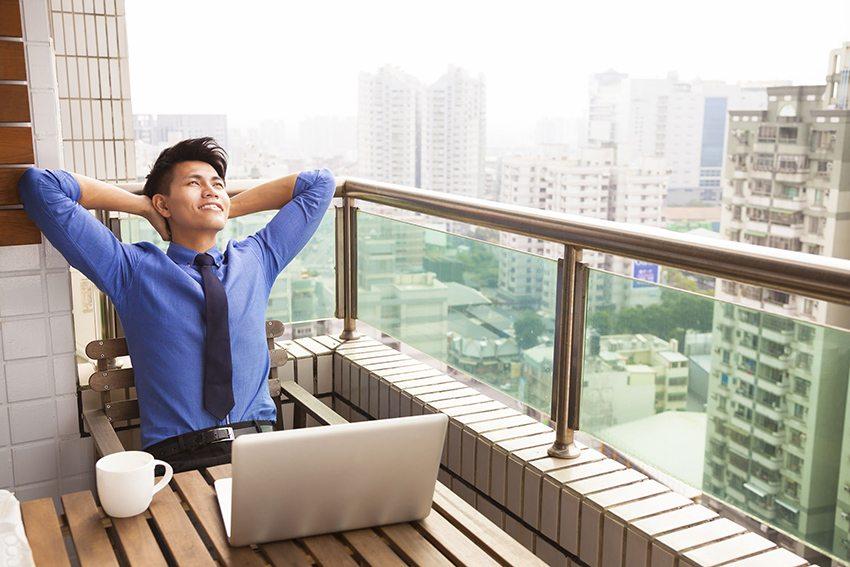 Импровизированный кабинет на открытом балконе увеличивает продуктивность, благодаря постоянному потоку свежего воздуха