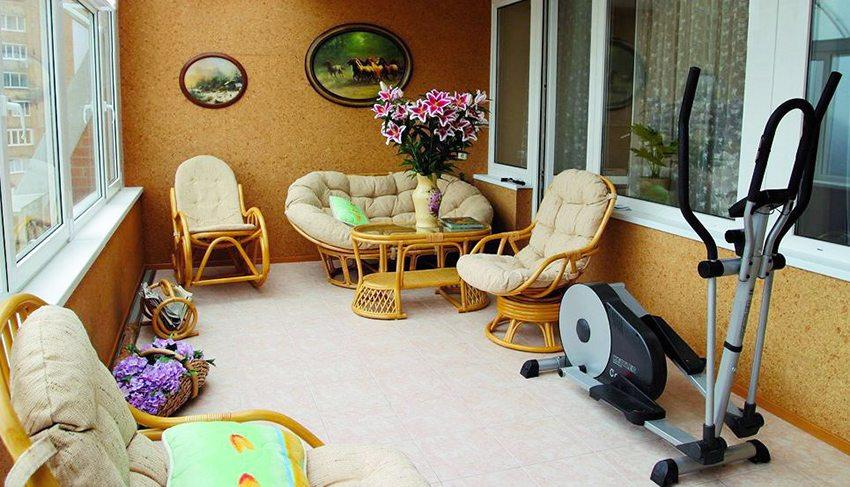 Просторная лоджия с тренажером и мебелью для отдыха