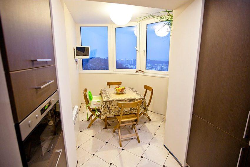 Присоединение лоджии к кухне создает просторное и функциональное помещение