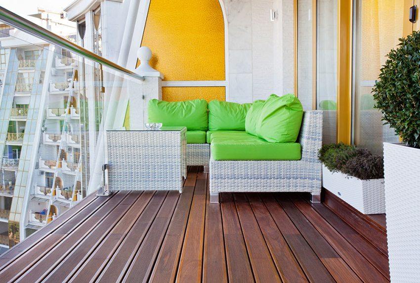 Деревянный пол хорошо гармонирует с плетеной мебелью