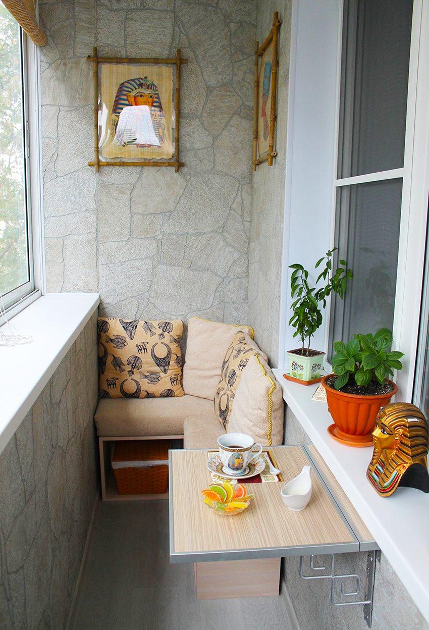 Лоджия с отделкой под камень и комфортной зоной отдыха