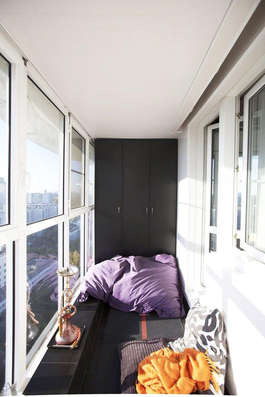 Практичная отделка черной плиткой и белыми ПВХ-панелями на стене и потолке