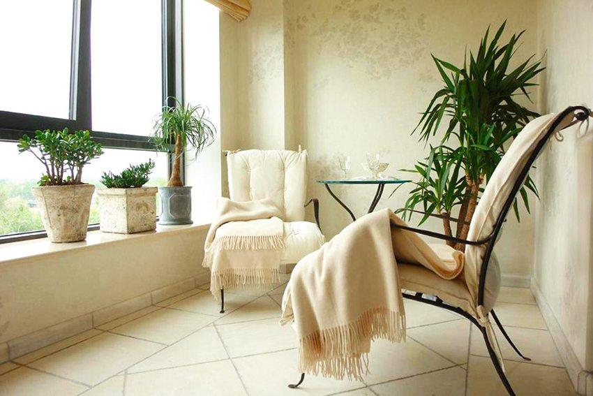 В отделке пола на лоджии часто используется плитка, так как она устойчива к влажности и перепадам температуры