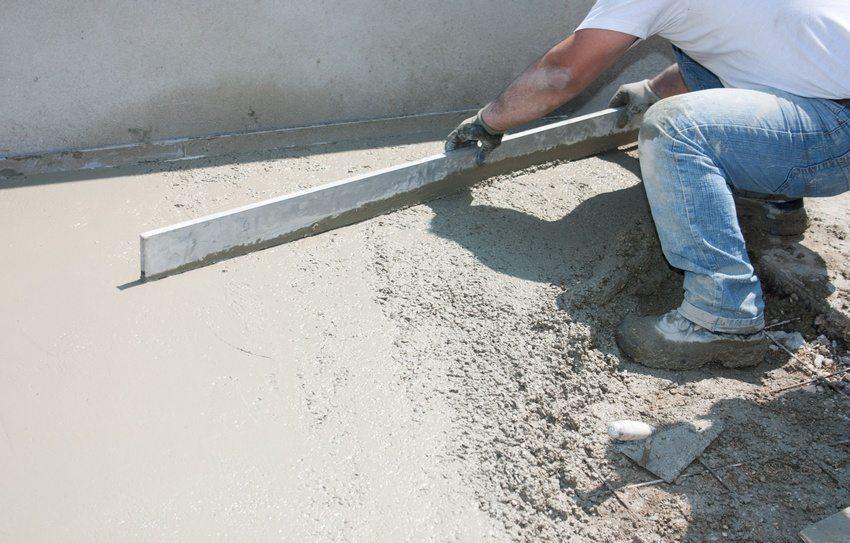 Процесс выравнивания поверхности бетона