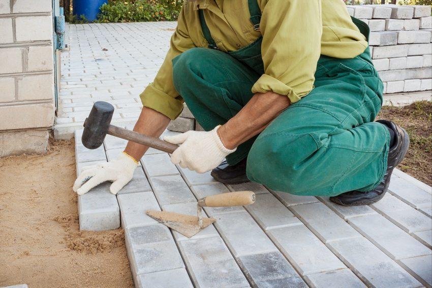 При мощении плитки или брусчатки лучше использовать специальный инструмент - киянку из резины
