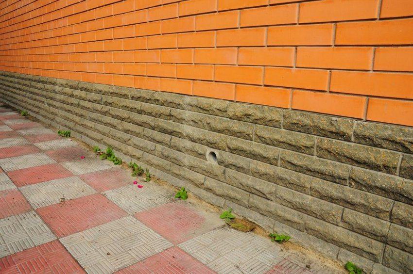 Отмостка вокруг частного дома построена из бетона и облицована плиткой