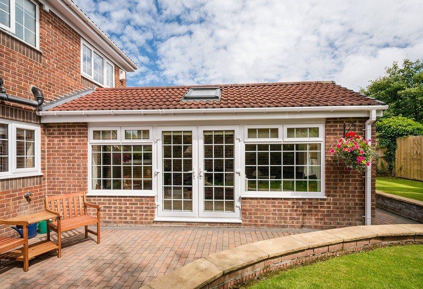 Отмостка вокруг загородного дома не только защищает фундамент здания, но и может выполнять функцию дорожек