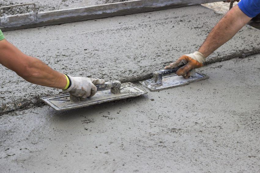 Для строительства отмостки с утеплением подойдет только жесткий тип конструкции
