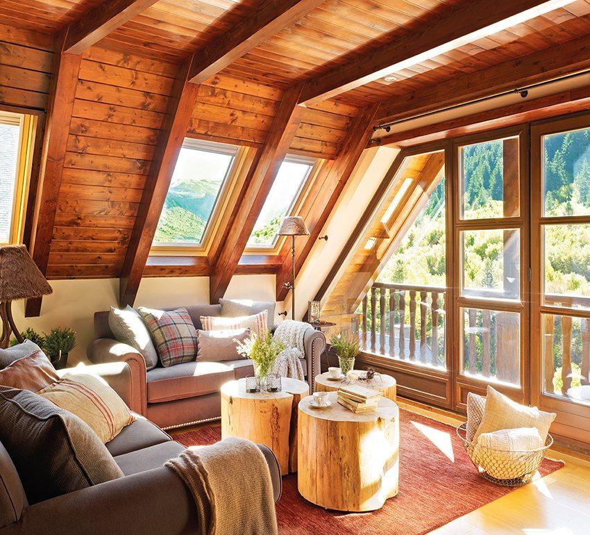 Деревянная мансарда, обустроенная под гостиную