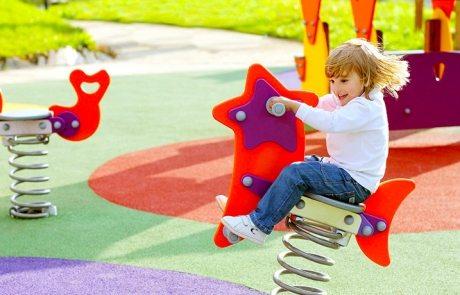 Покрытие для детских площадок на даче: безопасные игры на свежем воздухе
