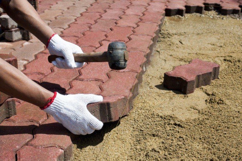 Утрамбовка тротуарной плитки с использованием мокрого песка
