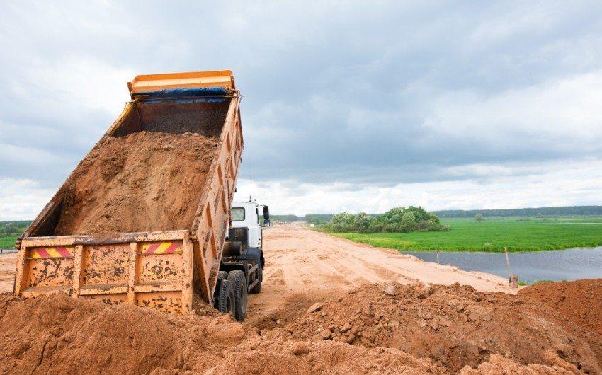 Кузов КАМАЗа может вместить до 18,5 тонн песка