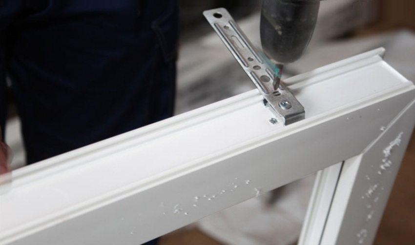 Крепление к раме окна монтажных пластин (ушек)