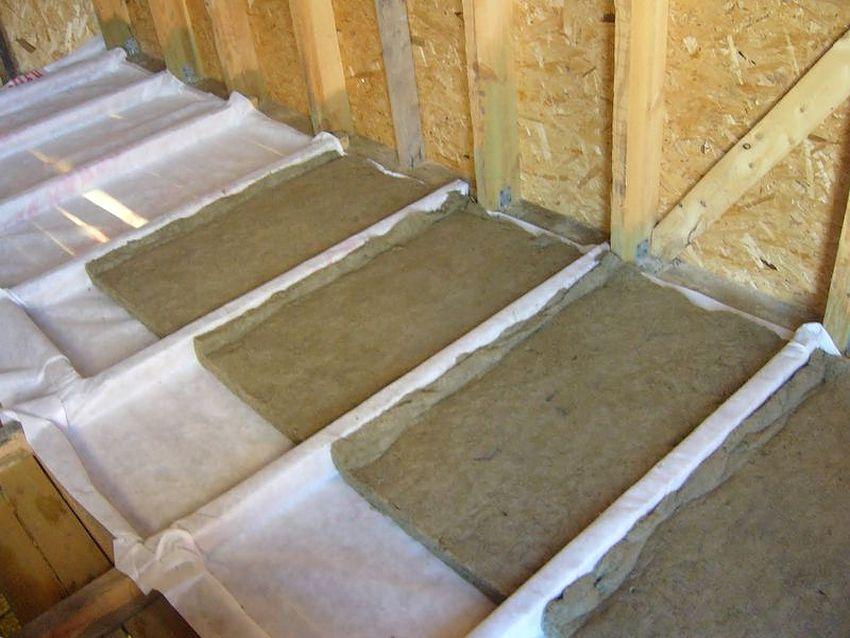 Между перекрытием и глиной необходимо положить пленку с пароизоляционными свойствами