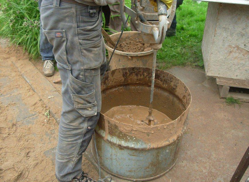 Процесс приготовления глиняно-опилочной смеси