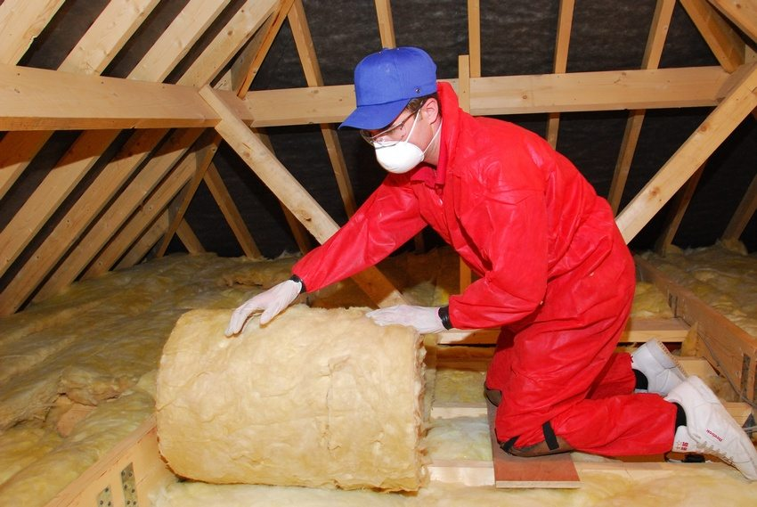 При утеплении потолка стекловатой необходим защитный костюм, а также перчатки и респиратор