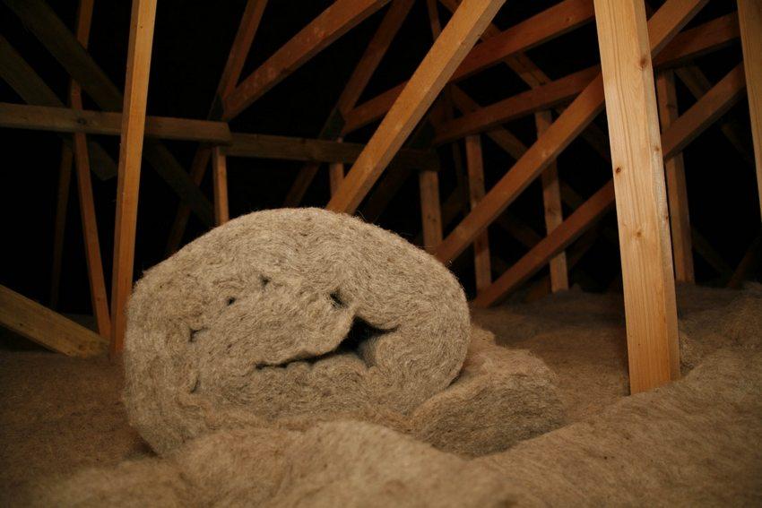 Утепление с помощью базальтовой ваты может проводиться как со стороны нижнего этажа, так и со стороны чердачного помещения