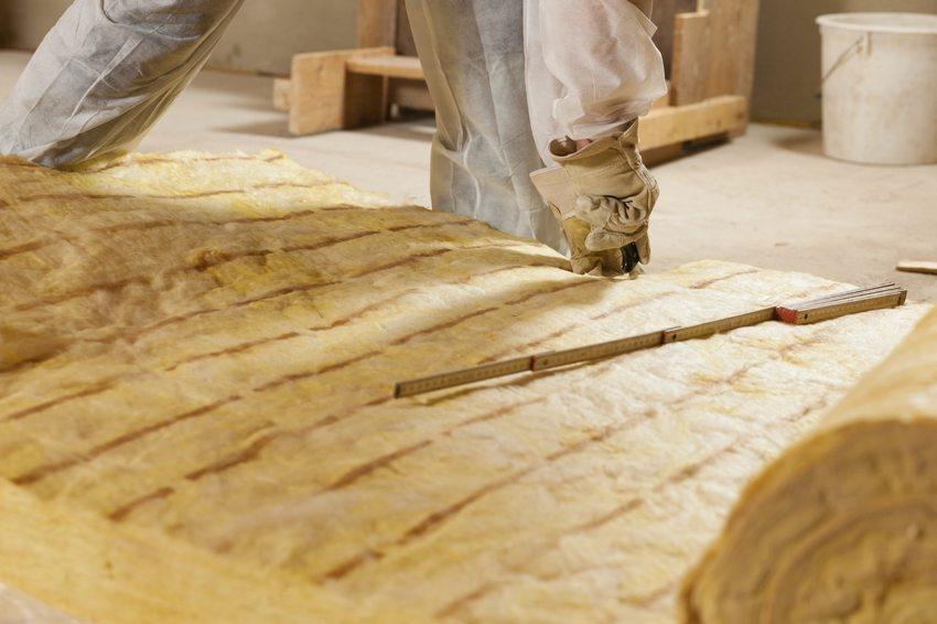 Рулонные изделия оптимально применять на деревянных перекрытиях, помещая утеплитель между балками