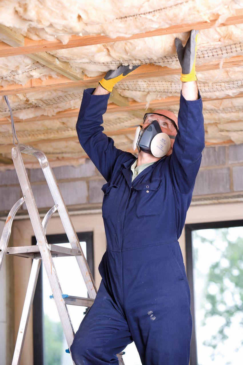 Со стороны нижнего этажа утепление потолка должно производиться только безопасными видами минеральной ваты