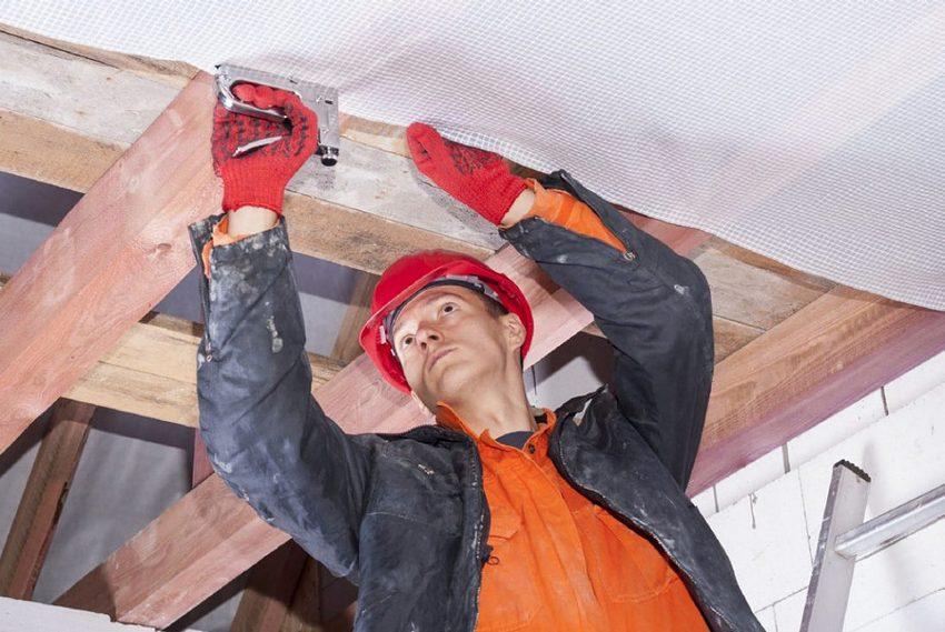 Монтаж пароизоляционного слоя в процессе утепления потолка