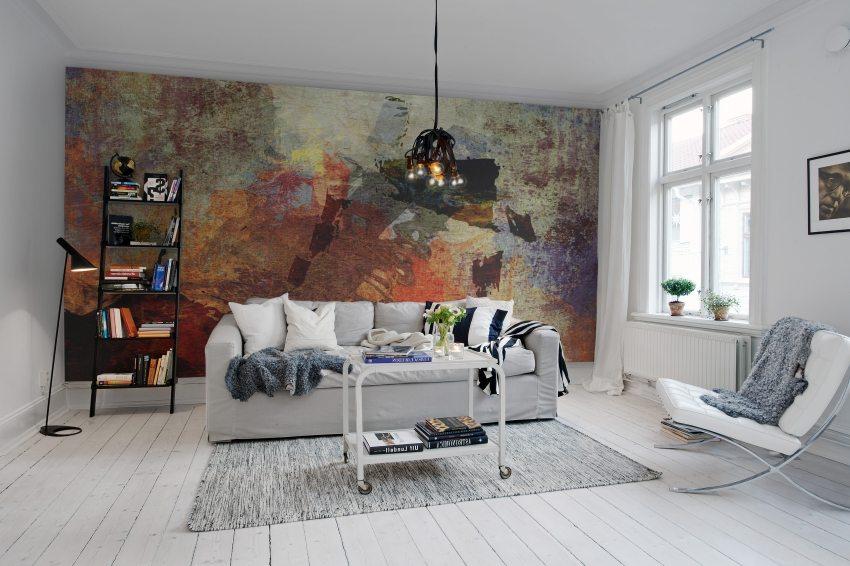 Абстракция на стене эффектно выделяется на фоне белого интерьера