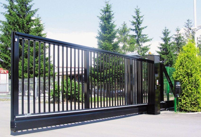 Откатные ворота - популярный вариант для обустройства въездной группы