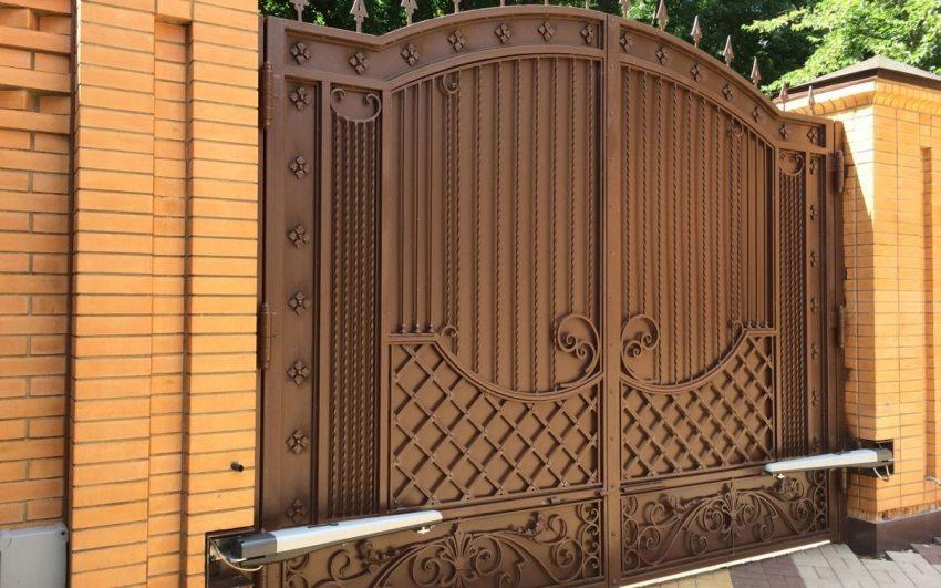 Металлические кованые ворота со встроенной автоматикой