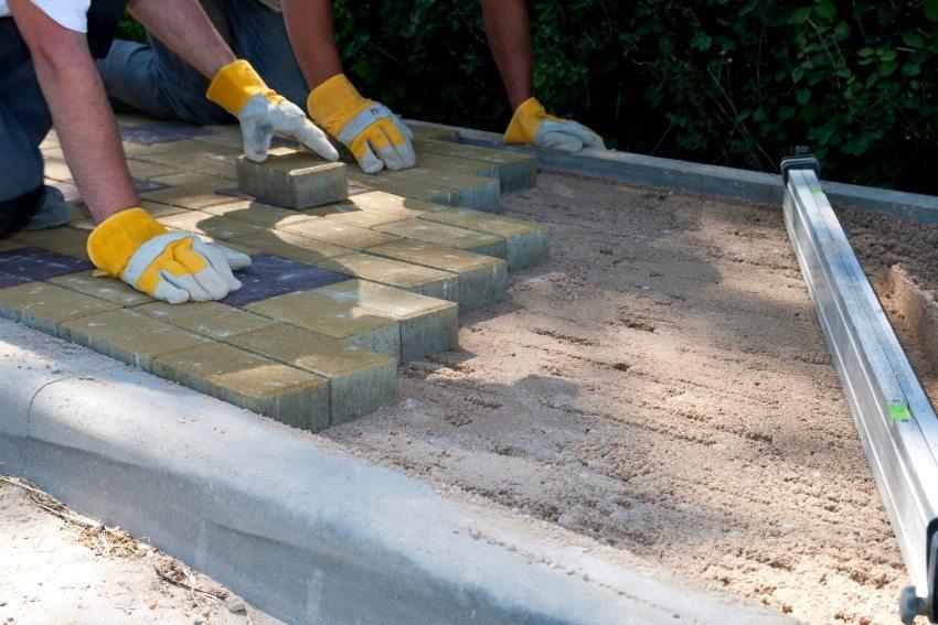 Монтаж тротуарной плитки с бордюрами