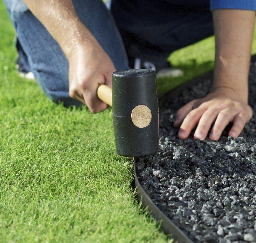 Монтаж садового бордюра из пластика