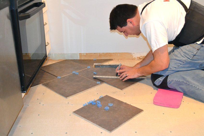 Для выравнивания пола перед укладкой плитки применяются различные материалы, например, ДВП