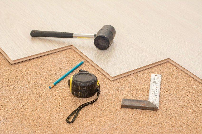 Процесс укладки ламината довольно простой, поэтому монтаж этого напольного покрытия может произвести даже человек, не имеющий особых навыков в строительстве